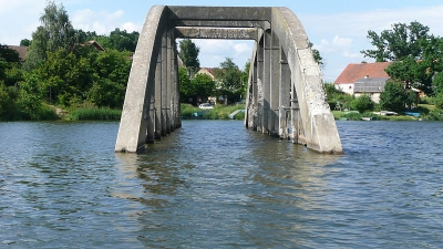 1369993326_800px-Vodní_nádrž_Jesenice,_starý_most_ve_vodě.JPG